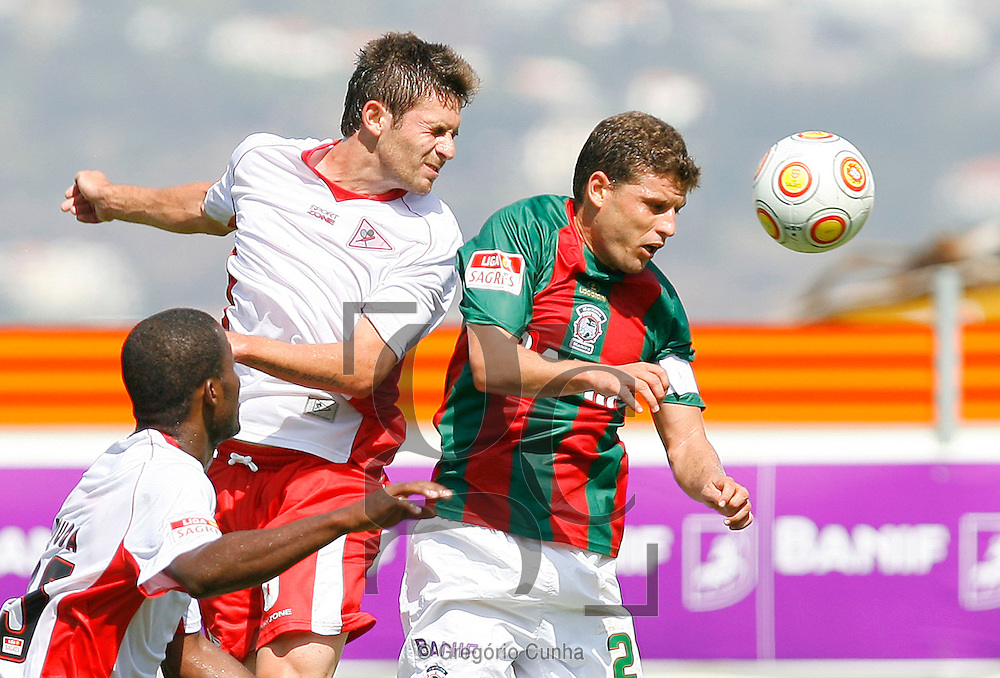 Briguel do Maritimo luta pela bola com Gallo do Leixoes durante o jogo da Liga de Futebol, disputado no estádio dos Barreiros, Funchal, Ilha da Madeira , 23 de Agosto de 2009. .Foto Gregorio Cunha.Maritimo player, Briguel(R), fights for the ball with Leixoes opponent, Gallo (L), during their first league soccer match held at the Barreiros stadium, Funchal, Madeira Island, Portugal, 23 august 2009..Photo Gregorio Cunha