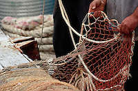 Pescatore sistema le reti.