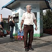 """Gesti quotidiani di risparmio energetico.<br /> Energy efficiency opportunities act. <br /> <br /> Progetto per immagini e parole """"Colti in flagranza di risparmio energetico"""" dei fotografi Michele D'Ottavio e Ornella Orlandini."""
