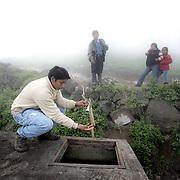 La nebbia si condensa sulla rete  e piano piano scende giù fino al tubo che la colletta in grandi recipienti di plastica, l'acqua non è potabile ma è utilizzabile per l'irrigazione dei campi e per lavare i panni.