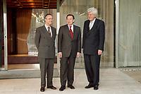 28.04.1999, Deutschland/Bonn:<br /> Hans Eichel, SPD, Bundesfinanzminister, Gerhard Schröder, SPD, Bundeskanzler, und  Willem Frederik Duisenberg, Präsident der Europäischen Zentralbank, während einem Fototermin vor einem gemeinsamen Gespräch, Kanzler-Bungalow, Bundeskanzleramt, Bonn<br /> IMAGE: 19990428-01/01-20<br /> KEYWORDS: Gerhard Schroeder