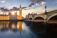 London bei Sonnenuntergang mit Big Ben den berühmten Uhrturm am Palast von Westminster. Der berühmte Glockenturm Englands ist derzeit fast vollkommen eingerüstet bis 2021.
