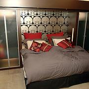 NLD/Eemnes/20060921 - Perspresentatie de Gouden Kooi, villa, slaapkamer, bed, bedden