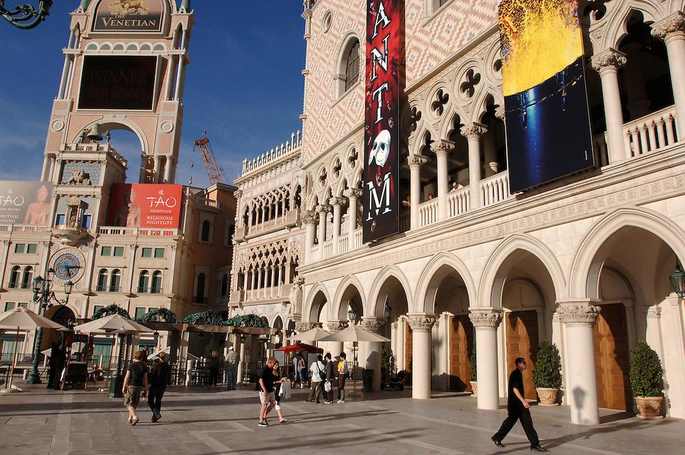 USA Nevada Las Vegas The Venetian Casino und Hotel Le Mirage links Las Vegas Boulevard  The Strip Gondeln Nachtleben Touristen Tourismus (Farbtechnik sRGB 34.74 MByte vorhanden) Geography / Travel .