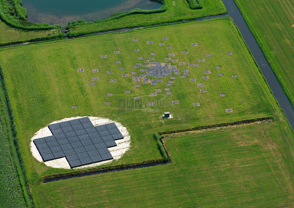 Lofar antennes in een weiland bij Onna zuid van Steenwijk.<br />  LOFAR (Low-Frequency Array ofwel 'lage-frequentie telescoop') is een radiotelescoop met het centrale punt in Noord-Nederland en 'zijtakken' in Duitsland, Frankrijk, Zweden en Groot-Brittanni&euml;.