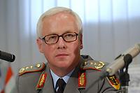 15 JUL 2002, VEITSHOECHHEIM/GERMANY:<br /> Manfred Dietrich, Generalleutnant, Stellv. Inspekteur des Heeres, Veitshoechheim<br /> IMAGE: 20020715-01-031