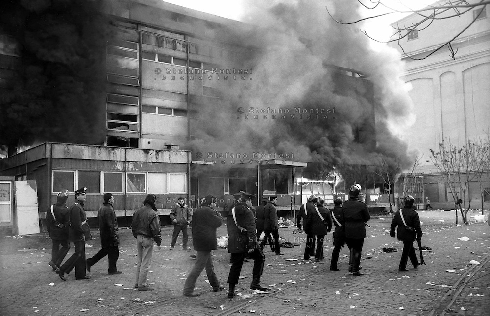 Roma  31 gennaio 1991.Ex Pastificio Pantanella occupato da centinaia di immigrati asiatici provenienti dal Pakistan e Bangladesh..Le forze dell'Ordine sgombrano la Pantanella.Scoppia un incendio durante lo sgombero.Rome, January 31, 1991.Ex Pastificio Pantanella occupied by hundreds of Asian immigrants from Pakistan and Bangladesh..The Police evacuate the Pantanella.A fire during the evacuation