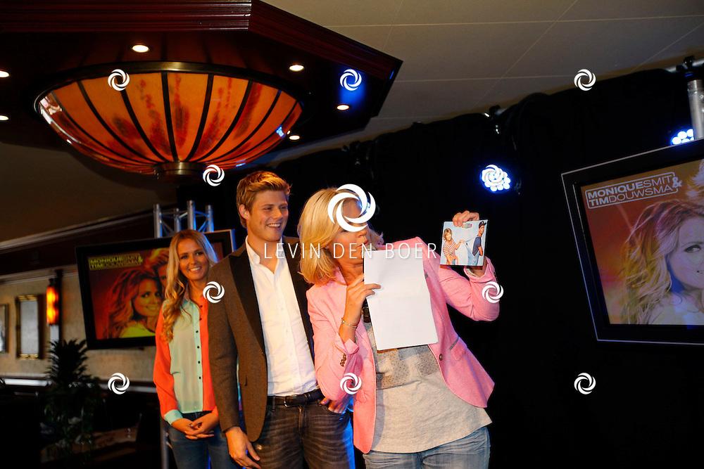 VOLENDAM - In hotel The Old Dutch is een cd presentatie gehouden. Met op de foto  Irene Moors die het eerste exemplaar overhandigde aan Monique Smit en Tim Douwsma. FOTO LEVIN DEN BOER - PERSFOTO.NU