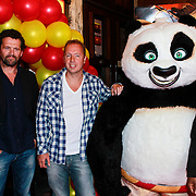 NLD/Amsterdam/20110611 - Premiere Kung Fu Panda 2, Stemmencast Mark Rietman, Edwin Evers en Murth Mossel bij de Kung Fu Panda beer