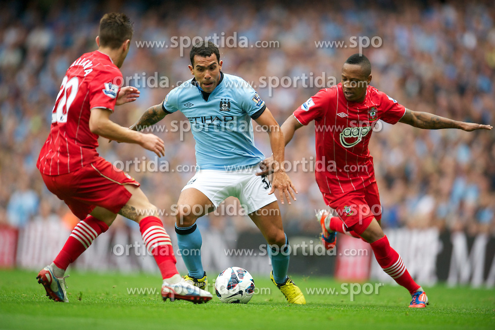 19.08.2012, Etihad Stadion, Manchester, ENG, Premier League, Manchester City vs FC Southampton, 1. Runde, im Bild Manchester City's Carlos Tevez in action against Southampton during the English Premier League 1st round match between Manchester City and Southampton FC at the Etihad Stadium, Manchester, Great Britain on 2012/08/19. EXPA Pictures © 2012, PhotoCredit: EXPA/ Propagandaphoto/ David Rawcliff..***** ATTENTION - OUT OF ENG, GBR, UK *****