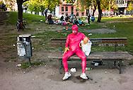 Deutschland,duitsland,Berlin d.d. 7april2011zonderling in een latexpak in een park in berlijn