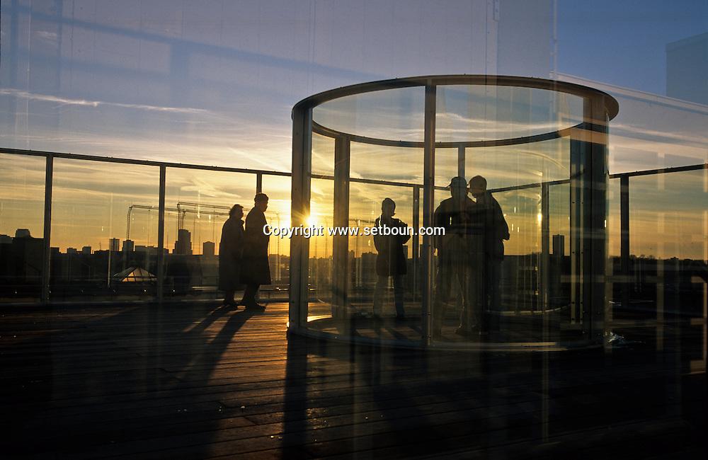 New York. two way mirror - visual arts; by Dan Graham on the roof of the Dia center for the arts, museum, the museum is now outside of the city  /  Le - Dia center for the arts - en plein coeur de Chelsea est un musée d'art moderne. Sur le toit est exposée une oeuvre de Dan Graham. Un véritable jeu de fenêtre avec vues sur la ville. New York  Usa