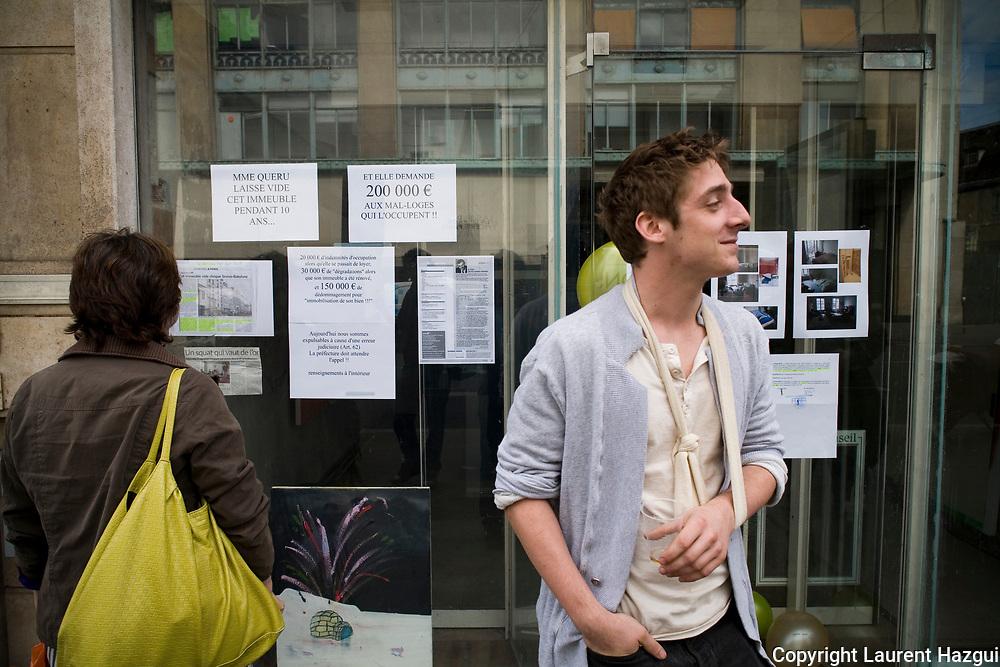 15092008. Camille, rŽsidant. Une dizaine d'Žtudiants et de jeunes travailleurs prŽcaires, membres du collectif Jeudi noir, sont en instance d'expulsion d'un immeuble vacant depuis 10 ans situŽ au 69 rue de Svres ˆ Paris 7me, en face du Bon marchŽ.