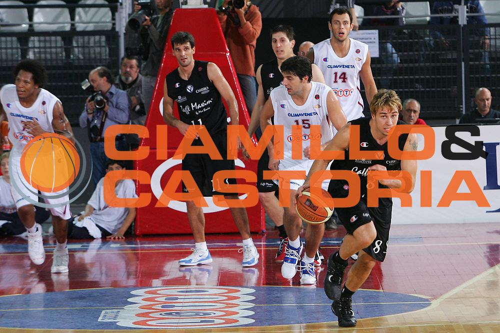 DESCRIZIONE : CITTA CAMPIONATO LEGA A1 2005-2006 <br /> GIOCATORE : ENGLISH <br /> SQUADRA : VIRTUS BOLOGNA <br /> EVENTO : CAMPIONATO LEGA A1 2005-2006 <br /> GARA : VIRTUS ROMA-VIRTUS BOLOGNA <br /> DATA : 27/10/2005 <br /> CATEGORIA : Palleggio <br /> SPORT : Pallacanestro <br /> AUTORE : Agenzia Ciamillo-Castoria/S.Silvestri