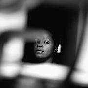 APUNTES SOBRE MI VIDA: LA PASTORA I - 2009/10<br /> Photography by Aaron Sosa<br /> A traves de la ventana de su cocina. Esposa de Maikel Montilla.<br /> La Pastora, Caracas - Venezuela 2009<br /> (Copyright © Aaron Sosa)