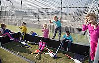 ROTTERDAM ZUID - hangen in de doel neteen jonge hockeyclub met nieuw veld, tegen de skyline van Rotterdam Zuid., Hockeyclub Feijenoord. COPYRIGHT KOEN SUYK