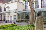 Cour extérieure de la maison natale de Charles de Gaulle avec au premier plan la statue du général de Gaulle // courtyard of native house of Charles de Gaulle with Charles de Gaulle satue at foreground