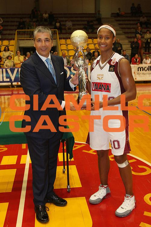 DESCRIZIONE : Schio Lega A1 Femminile 2008-09 Supercoppa Famila Wuber Schio Umana Reyer Venezia <br /> GIOCATORE : Pasquale Panza Mery Andrade Coppa <br /> SQUADRA : Umana Reyer Venezia <br /> EVENTO : Campionato Lega A1 Femminile 2008-2009 <br /> GARA : Famila Wuber Schio Umana Reyer Venezia <br /> DATA : 08/10/2008 <br /> CATEGORIA : Premiazione <br /> SPORT : Pallacanestro <br /> AUTORE : Agenzia Ciamillo-Castoria/S.Silvestri