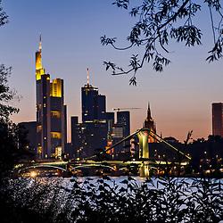Crepúsculo fotografado na cidade de Frankfurt am Main, Alemanha. Registro feito em 2009.<br /> ⠀<br /> <br /> <br /> ENGLISH: Down and skyline photographed in Frankfurt am Main, Germany. Picture made in 2009.