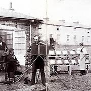 L&rsquo;atelier de William Henry Fox Talbot (1800 - 1877), Reading, Angleterre.<br /> <br /> l&rsquo;&eacute;quipement des photographes d&rsquo;autrefois : <br /> c&rsquo;est tout un attirail... <br /> <br /> (in Du bon usage de la photographie, p 144)