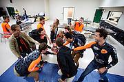 Het team pept zich op voor de derde dag van de races. Het Human Power Team Delft en Amsterdam (HPT), dat bestaat uit studenten van de TU Delft en de VU Amsterdam, is in Amerika om te proberen het record snelfietsen te verbreken. In Battle Mountain (Nevada) wordt ieder jaar de World Human Powered Speed Challenge gehouden. Tijdens deze wedstrijd wordt geprobeerd zo hard mogelijk te fietsen op pure menskracht. Het huidige record staat sinds 2015 op naam van de Canadees Todd Reichert die 139,45 km/h reed. De deelnemers bestaan zowel uit teams van universiteiten als uit hobbyisten. Met de gestroomlijnde fietsen willen ze laten zien wat mogelijk is met menskracht. De speciale ligfietsen kunnen gezien worden als de Formule 1 van het fietsen. De kennis die wordt opgedaan wordt ook gebruikt om duurzaam vervoer verder te ontwikkelen.<br /> <br /> The Human Power Team Delft and Amsterdam, a team by students of the TU Delft and the VU Amsterdam, is in America to set a new world record speed cycling.In Battle Mountain (Nevada) each year the World Human Powered Speed Challenge is held. During this race they try to ride on pure manpower as hard as possible. Since 2015 the Canadian Todd Reichert is record holder with a speed of 136,45 km/h. The participants consist of both teams from universities and from hobbyists. With the sleek bikes they want to show what is possible with human power. The special recumbent bicycles can be seen as the Formula 1 of the bicycle. The knowledge gained is also used to develop sustainable transport.