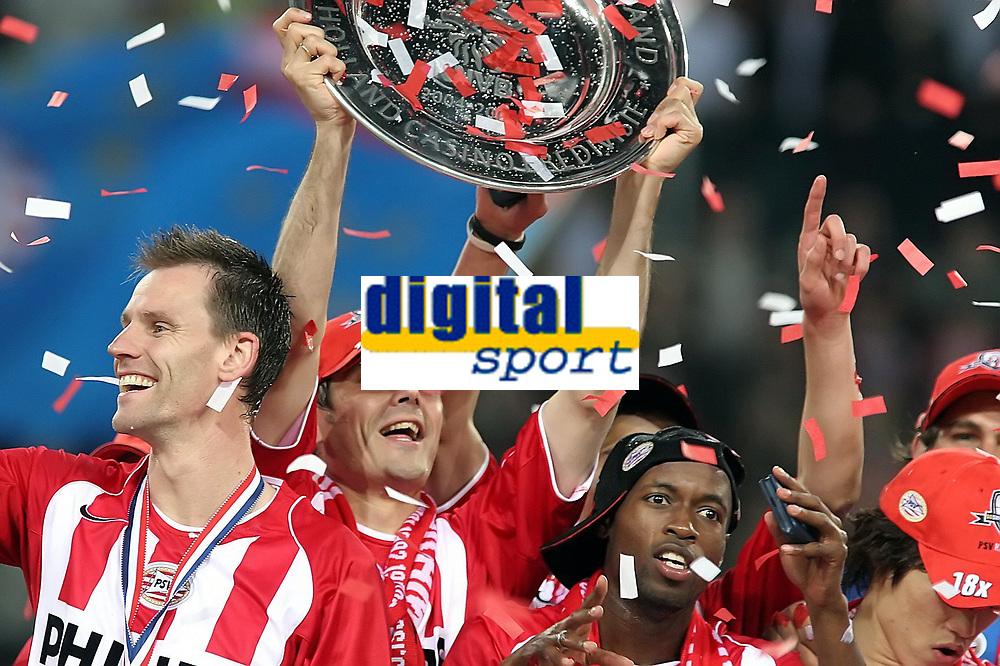Fotball<br /> Nederland 2004/05<br /> PSV Eindhoven v Vitesse<br /> 23. april 2005<br /> Foto: Digitalsport<br /> NORWAY ONLY'<br />  cocu  og PSV feirer seriegullet