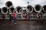 Senzatetto occupano le grandi tubature fognarie non ancora utilizzate, abbandonate lungo la strada, Addis Ababa 12 settembre 2014.  Christian Mantuano / OneShot <br /> <br /> Homeless people occupy some large sewer pipes abandoned along the way, Addis Ababa September 12, 2014.
