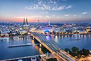 Köln in der Abendstimmung. Der Rhein trennt die Altstadt von der Messe in Deutz.