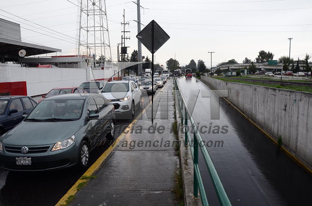 TOLUCA, México (Julio 12, 2017).- El distribuidor vial conocido como Puerta Tolotzin, en la entrada de la ciudad de Toluca, se llenó de agua por la intensa lluvia que se registro la tarde de este miércoles, por lo que fue cerrado a la circulación. Agencia MVT / Arturo Hernández