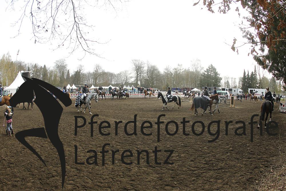 Abreiteplatz<br /> Bad Schwartau - Springturnier <br /> L&auml;ndliches Turnier<br /> &copy; www.sportfotos-lafrentz.de/Stefan Lafrentz