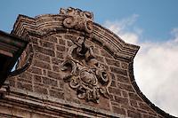 Un colombo spicca il volo dall'effige posta sulla chiesa di San Vito Martire, detta delle Monacelle