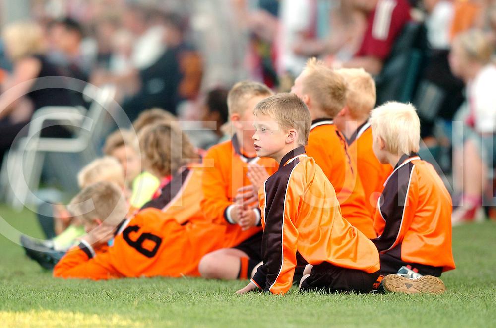 060713,hardenberg,nederland,<br /> hhc - ajax, kinderen kijken de wedstrijd,<br /> fotografiefrankuijlenbroek&copy;2006sanderuijlenbroek