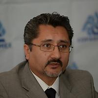 Toluca, México.- Luis Manuel de la Mora Ramírez, presidente estatal de COPARMEX en conferencia de prensa, anuncio la firma de un convenio de colaboración con PRODECON con la finalidad de acercar este servicio a los contribuyentes, y el inicio de una campaña de unidades móviles denominada PRODECON Cerca de Ti, y orientar a los contribuyentes con problemas fiscales. Agencia MVT / Crisanta Espinosa