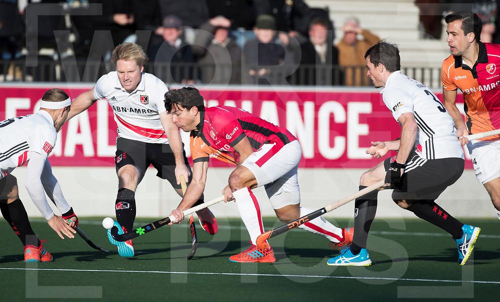 AMSTELVEEN - Benjamin Stanzl (Oranje-Rood)  tijdens   de hoofdklasse hockeywedstrijd AMSTERDAM-ORANJE ROOD (4-5). links Justin Reid-Ross (A'dam) . midden Klaas Vermeulen (A'dam)  COPYRIGHT KOEN SUYK