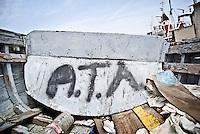 I resti di una barca al porto di Brindisi. 29/05/2010 PH Gabriele Spedicato