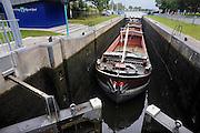 Nederland, Doesburg, 29-9-2009Het lage water in de Rijn, Waal en IJssel heeft problemen voor de scheepvaart gebracht. Hier vaart een binnenvaartschip de sluis van Doesburg in om te worden geschut.Foto: Flip Franssen/Hollandse Hoogte