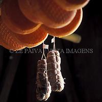 Queijos e copa em uma adega colonial, colonizacao italiana, Urussanga, Sul de Santa Catarina, Brasil. foto de Ze Paiva/Vista Imagens