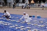 Roma 28 Giugno 2015<br /> Immigrati del Bangladesh durante Iftar, la cena per rompere il digiuno nel mese del Ramadan, pasto che unisce tutti i musulmani a tavola dopo una lunga giornata di digiuno, organizzato dall'associazione Dhuumcatu, al quartiere Torpignattara<br /> Rome June 28, 2015<br /> Immigrants from Bangladesh during Iftar, the meal to break the fast during the month of Ramadan, the meal that unites all Muslims in the table after a long day of fasting, organized by Dhuumcatu association, to district Torpignattara.