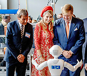 Zijne Majesteit Koning Willem-Alexander en Hare Majesteit Koningin Máxima brengen een werkbezoek aan de Duitse deelstaten Rijnland-Palts en Saarland.<br /> <br /> His Majesty King Willem-Alexander and Her Majesty Queen Máxima paid a working visit to the German federal states of Rhineland-Palatinate and Saarland.<br /> <br /> op de foto / On the Photo: Koning Willem-Alexander en koningin Maxima worden rondgeleid door een robot tijdens hun bezoek aan de universiteit in Saarbrucken / King Willem-Alexander and Queen Maxima are shown around by a robot during their visit to the university in Saarbrucken.
