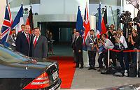 20 SEP 2003, BERLIN/GERMANY:<br /> Gerhard Schroeder (R), SPD, Bundeskanzler, begruesst Jacques Chirac (L), Praesident Frankreich, vor dem Haupteingang zu einem Gipfelgespraech mit T ony B lair, Premierminister Gross Britannien, Ehrenhof, Bundeskanzleramt <br /> IMAGE: 20030920-01-028<br /> KEYWORDS: Gerhard Schröder, Gipfel, summit, Eintreffen, wartet, warten, Kamera, Camera, Fotograf, Fotografen, photographer, Gast, Gäste, Journalist, Journalisten