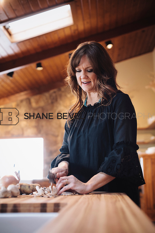 9/15/09 5:47:09 PM -- Ree Drummond, The Pioneer Woman, works in the kitchen in the lodge near her home on the Drummond Ranch near Pawhuska, Okla. ..Photo by Shane Bevel