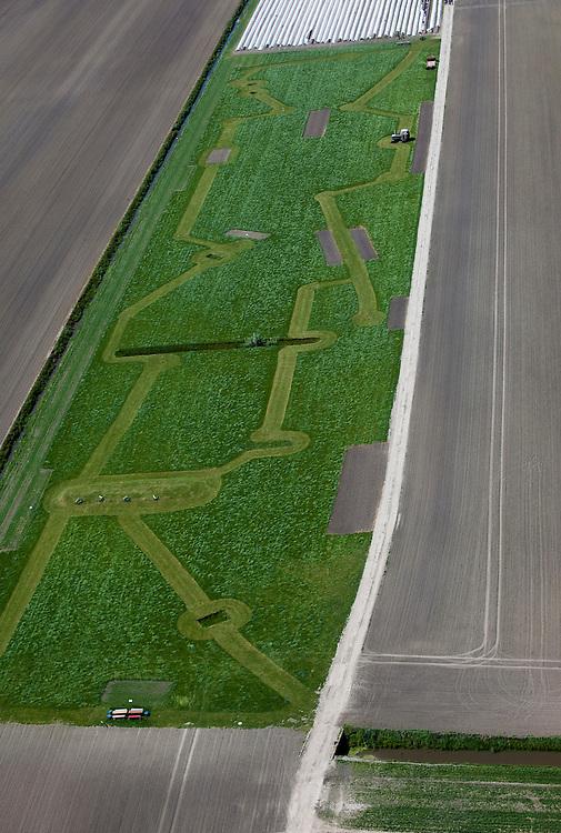 Nederland, Zuid-Holland, Groene Hart, 12-05-2009; Polder Zevenhoven, schooltuin en/of modeltuin. Het geometrische patroon is ontstaan door het maaien van paden in het grasland, de paden leiden  naar verschillende educatieve opstellingen voorzien van bordjes met toelichting.Swart collectie, luchtfoto (toeslag); Swart Collection, aerial photo (additional fee required).foto Siebe Swart / photo Siebe Swart