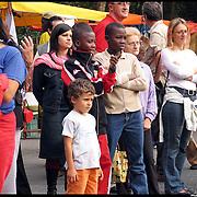 Stranieri in Piemonte giovani ad una festa al centro interculturale