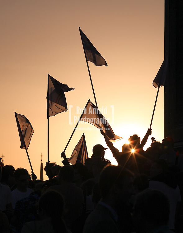 © Rob Arnold.  23/05/2014. Warsaw, Poland. People holding flags during an election rally at the Kolumna Zygmunta, (Sigismund's Column) in the Stare Miasto (Old Town) Warsaw, Poland. Photo credit : Rob Arnold
