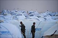 """Des militaires font leur ronde dans le camp militaire et humanitaire """"Shusha""""  à quelques kilomètres du poste frontière de Ras Jedir. Plus de 140 000 réfugiés ont déjà quitté la Libye par la Tunisie ou l'Egypte et des milliers continuent d'arriver chaque jours. Jeudi 3 Mars 2011, Ras Jedir, Tunisie.© Benjamin Girette/IP3 press"""