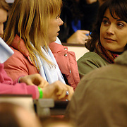 NLD/Heerenveen/20060121 - ISU WK Sprint 2006, Annemarie Thomas in gesprek met Dione de Graaf