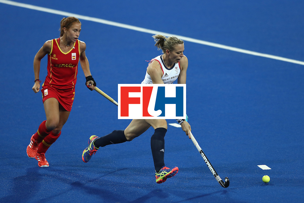 RIO DE JANEIRO, BRAZIL - AUGUST 15: Kate Richardson-Walsh of Great Britain moves away with the ball during the Women's quarter final hockey match between Great Britain and Spain on Day10 of the Rio 2016 Olympic Games held at the Olympic Hockey Centre on August 15, 2016 in Rio de Janeiro, Brazil.  (Photo by David Rogers/Getty Images)