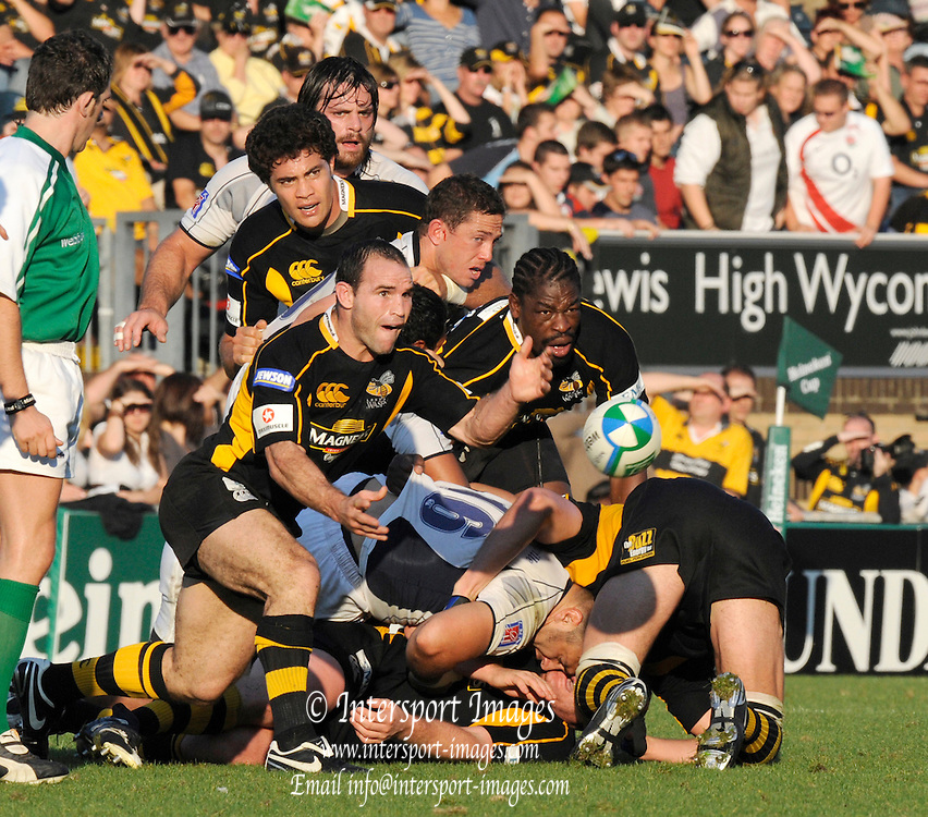 Wycombe, GREAT BRITAIN,  Mark ROBINSON passing  the ball,  during the Heineken Cup [Pool 1]  Rugby Match,  London Wasps vs Castres Olympique, played at Adams Park Stadium on Sun, 12.10.2008 [Photo, Peter Spurrier/Intersport-images]