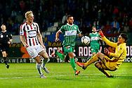 03-10-2015 VOETBAL: WILLEM II-PEC ZWOLLE:TILBURG<br /> Nick van der Velden van Willem II schiet op doelman Mickey Van der Hart van PEC Zwolle <br /> <br /> Foto: Geert van Erven
