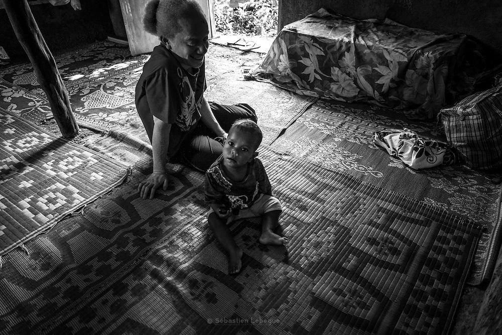 NOUVELLE CALEDONIE, HIENGHENE, Tendo - Aout 2013  - Coutume Kanak -  Deuil Kanak - Le matin suivant l'enterrement les familles et les clans se présentent à la famille du defunt dans un ordre respectant la hierarchie clanique et les liens familliaux. Les coutumes sont composée d'ignames et de taro, d'un nombre conséquent de nattes et d'etoffes - manu, de tabac, de vetements, d'argent, et selon l'importance de la liason , d'une monaie Kanak.